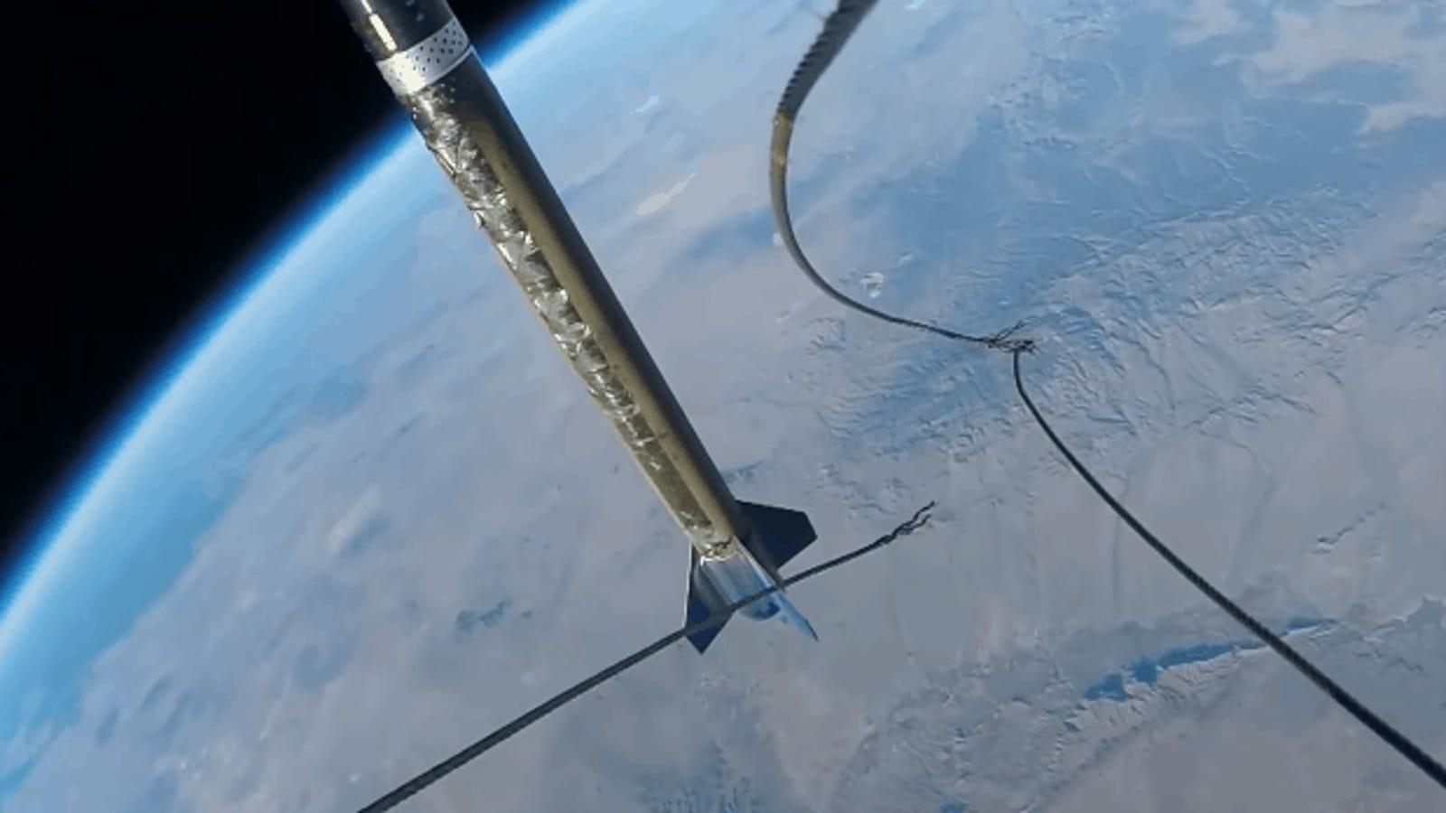 Cómo se separan las partes de un cohete en el espacio, visto en cámara lenta