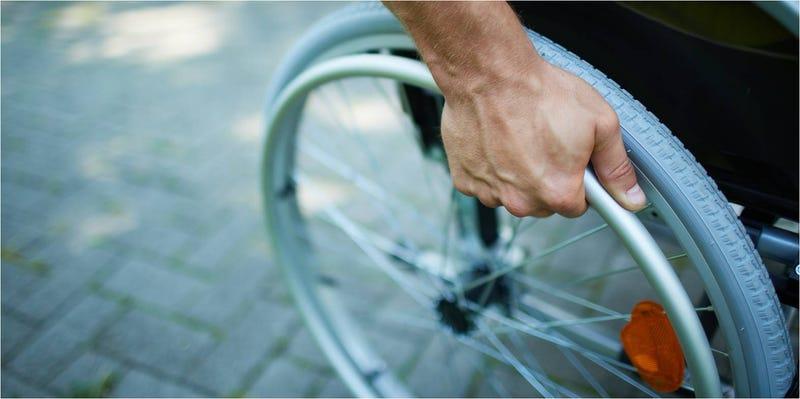 Illustration for article titled Un implante eléctrico devuelve el movimiento a pacientes parapléjicos
