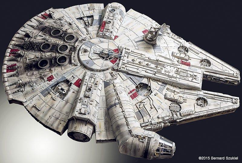 Illustration for article titled Esta increíble réplica del Halcón Milenario está hecha solo de papel