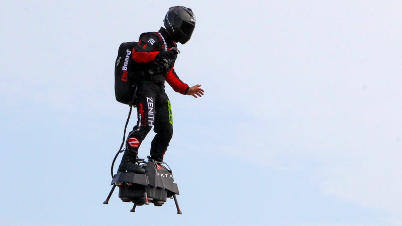 Illustration for article titled El inventor del Flyboard intenta cruzar de Francia a Inglaterra volando. Se cae al agua