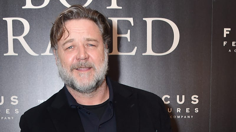 Illustration for article titled Russell Crowe is also friends with a horse, has his own special horse greeting