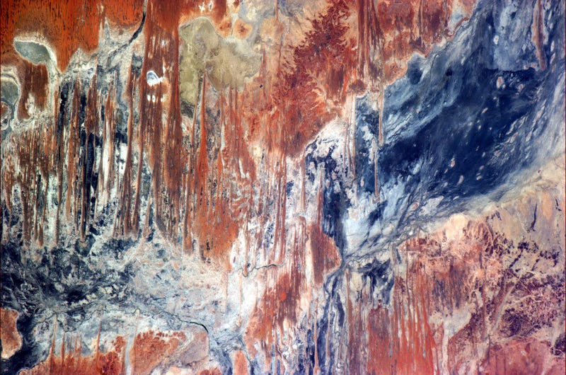 Illustration for article titled From space, the Australian Outback looks like a Jackson Pollock painting