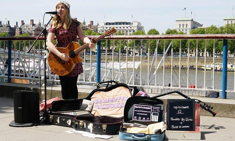 Illustration for article titled Ya no tienes la excusa de que no llevas dinero: Londres permite pagar a artistas callejeros con tarjeta o móvil