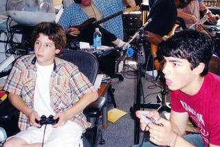 Illustration for article titled The Young Jonas Brothers In Controller Confusion