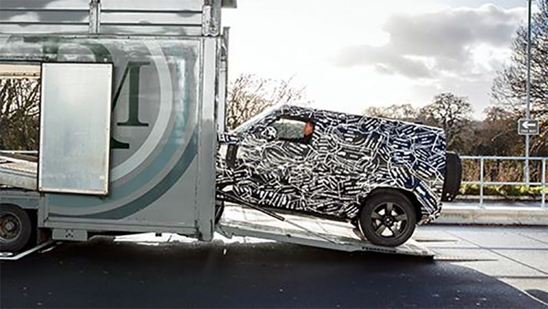 Illustration for article titled The New Land Rover Defender Looks Just Like a Mercedes G-Wagen From Here