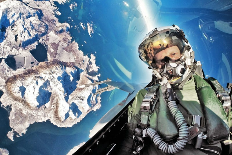 Illustration for article titled Another insanely cool F-16 pilot selfie makes me jealous