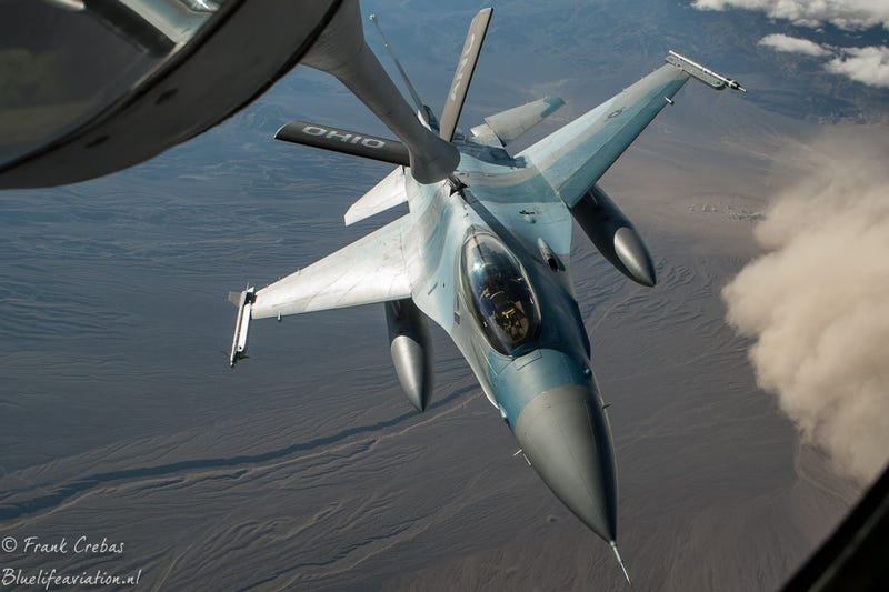 Illustration for article titled Check Out This Aggressor F-16 Refueling Over A Sandstorm
