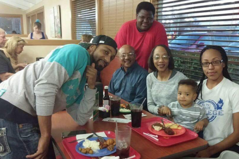 Nekia Jackson, center, with her family on her Memorial Fund page (GoFundMe)