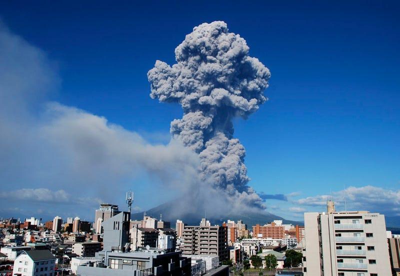 Illustration for article titled Una espectacular erupción cubre de cenizas una ciudad de Japón