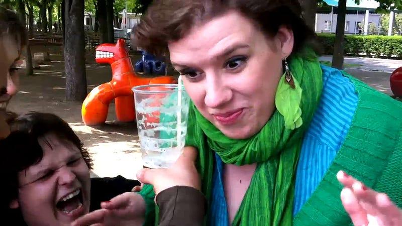Illustration for article titled A fülével issza a sört a cseh nő, nekünk végünk van