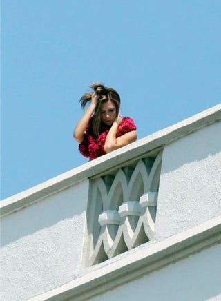 Illustration for article titled Clear Skies, Stucco Balconies Get Victoria Beckham Hot & Bothered