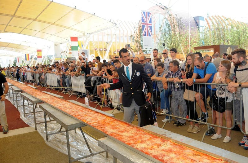Illustration for article titled Here Is the World's Longest Pizza