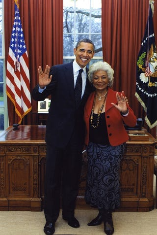 Illustration for article titled Here's Barack Obama flashing the Vulcan salute with the original Lieutenant Uhura