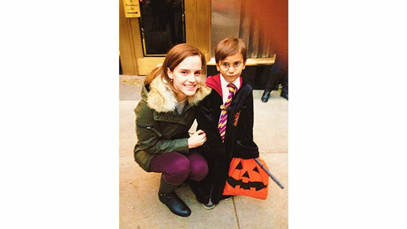 Illustration for article titled Emma Watson, A.K.A Hermione Granger, Hangs Out with a Tiny Harry Potter