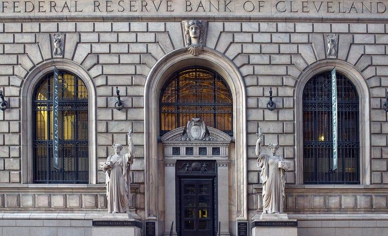Un banco envía por error 120.000 dólares a la cuenta de una pareja. Se compran tres autos y el banco los acusa de robo