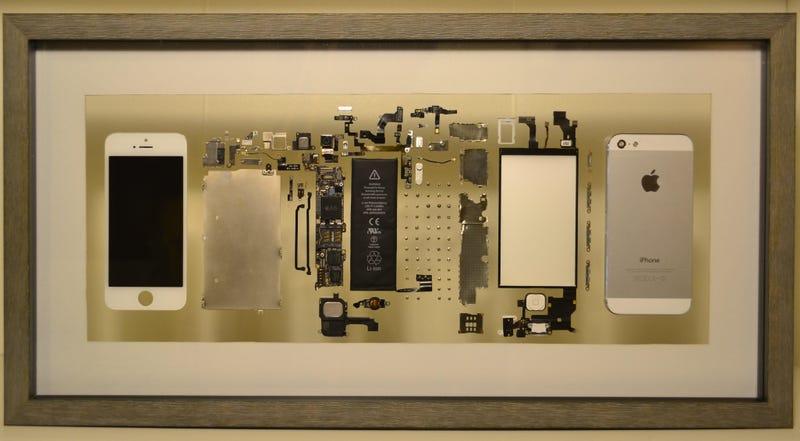 Illustration for article titled Su iPhone dejó de funcionar, así que lo desmontó y lo convirtió en una pieza de decoración