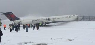 Illustration for article titled Un avión se sale de pista por el temporal de nieve al aterrizar en EEUU