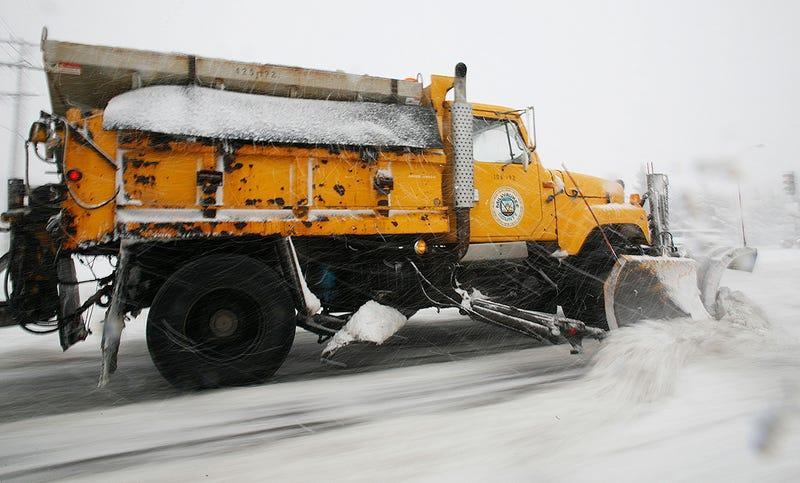 Un camión retirando la nieve y esparciendo sal.