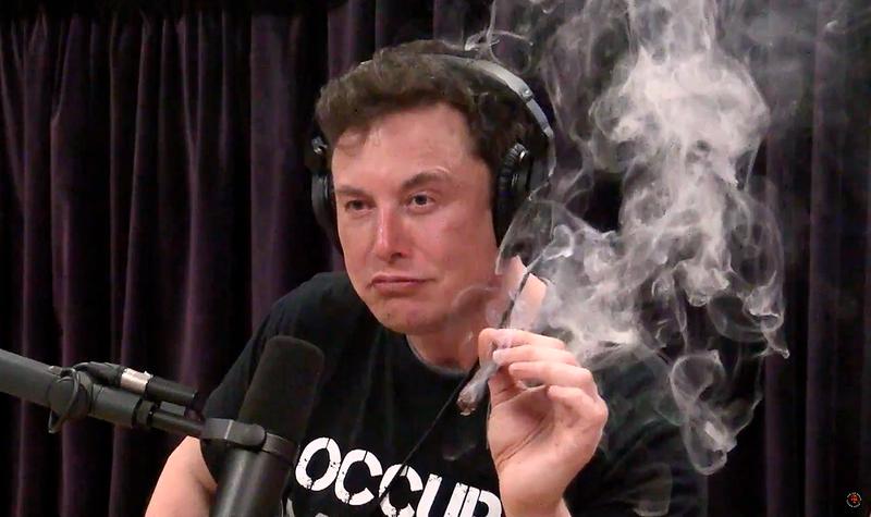 Illustration for article titled Elon Musk revela sus planes para un avión eléctrico y lo celebra fumándose un porro en YouTube