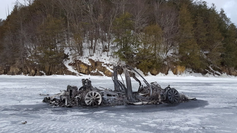 Illustration for article titled Cómo un Tesla Model X se incendió en medio de un lago congelado sin hundirse en el hielo