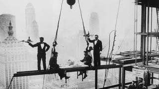 Illustration for article titled Death-Defying Photos Of Skyscraper Construction Workers Goofing Around