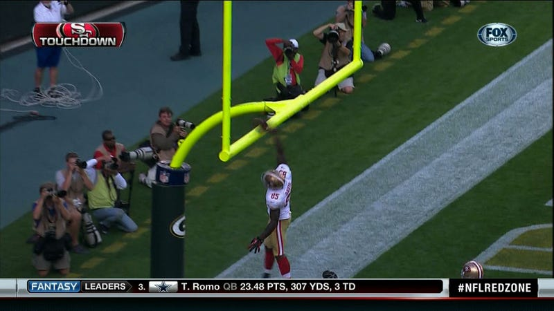 Illustration for article titled Vernon Davis Scores Touchdown, Attempts To Dunk On The Goalpost, Fails