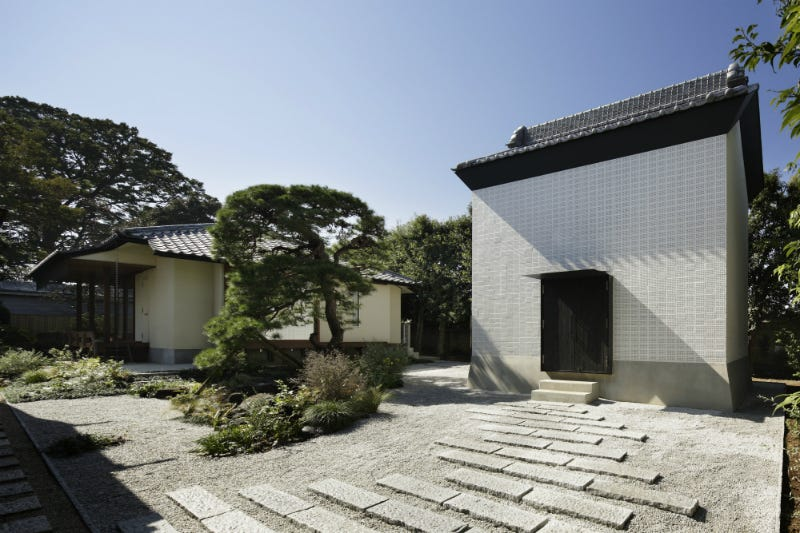 Illustration for article titled A 120-Year-Old Building Damaged in Japan's 2011 Quake Is Reborn as This Beautiful Home