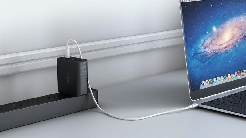 Cargador Aukey 46W USB-C PD con puerto USB-A | $24 | Amazon | Usa el código HQP58QAN