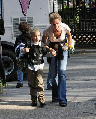 Illustration for article titled Uma Thurman Gets Down To Her Son's Level