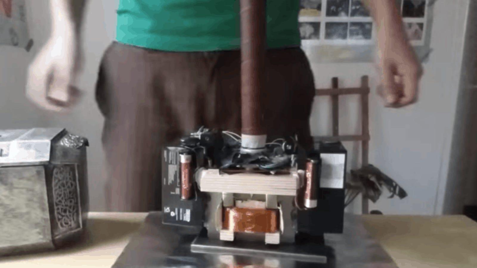 Solo el elegido puede levantar esta genial réplica magnética del martillo de Thor