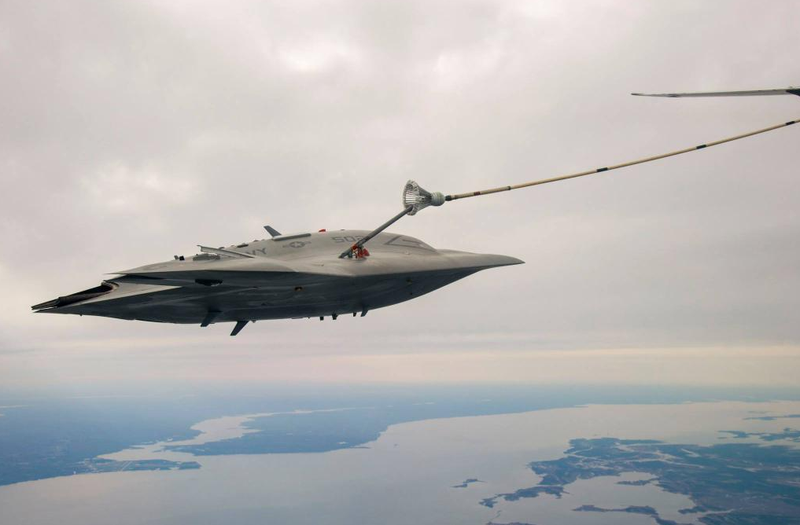Illustration for article titled X-47B Demonstrates Unmanned Aerial Refueling For The First Time