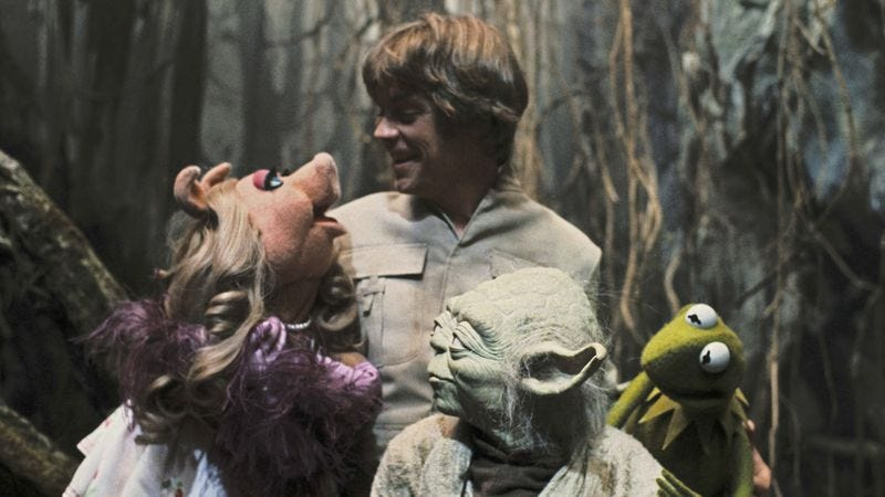 Illustration for article titled Empire Strikes Back set photos show Luke, Yoda hanging out with Kermit, Miss Piggy