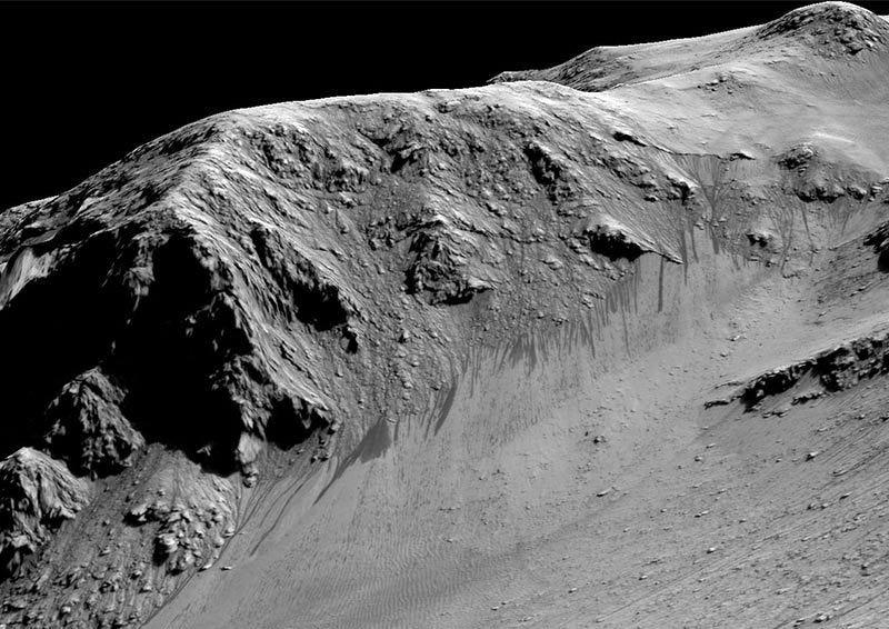 Detalle de los torrentes oscuros sobre la arena que podrían deberse al flujo de agua líquida. Foto: NASA