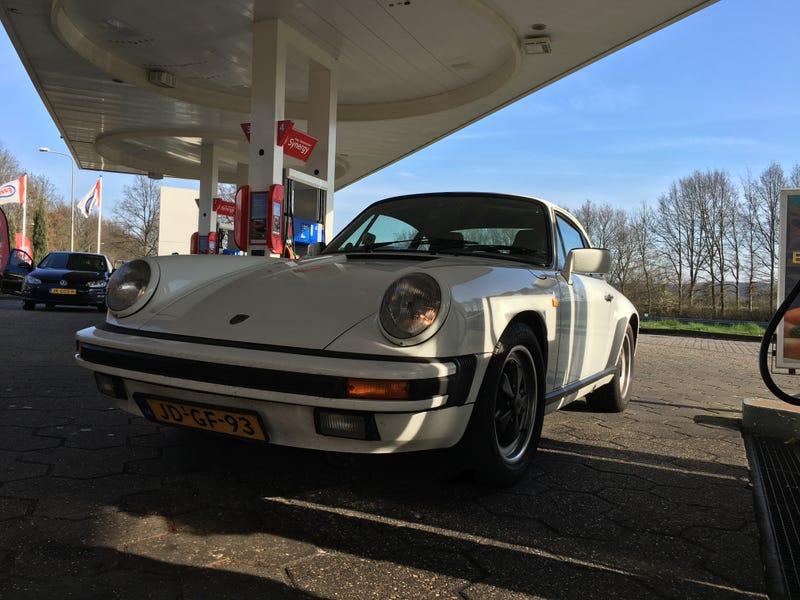 Jobjoris's Porsche on the way to the meet.