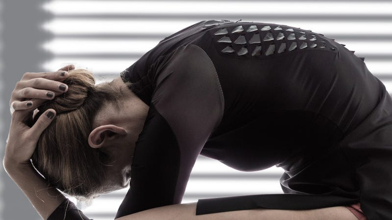 Illustration for article titled Esta espeluznante camiseta deportiva se abre como escamas cuando tu cuerpo transpira