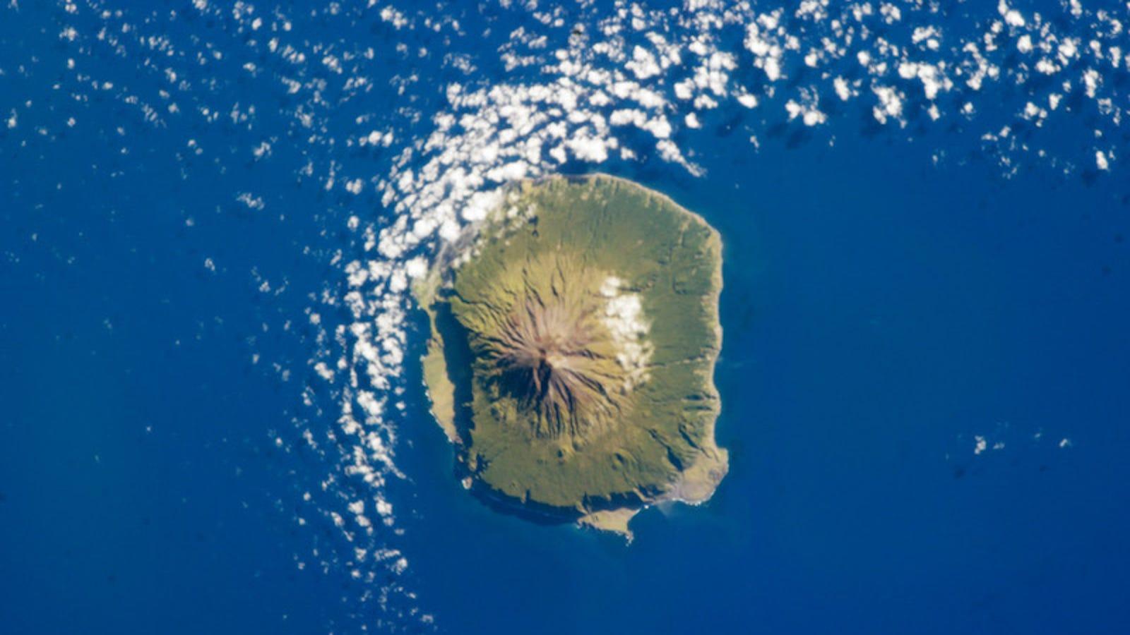 La isla más aislada del mundo busca profesores. Está a siete días del continente