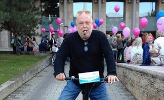 Illustration for article titled A mellrák ellen szivarozva bringázó Andy Vajna az új hősöm