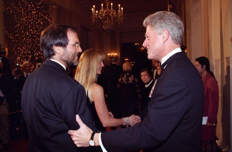 Steve Jobs se da la mano con el Presidente Bill Clinton en la Casa Blanca, el 29 de octubre de 1997. (Foto: Clinton Presidential Library)