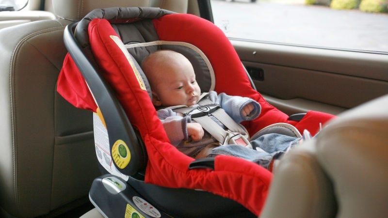 Por qué no deberías dejar que tu bebé duerma en su asiento de automóvil fuera del vehículo
