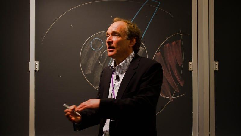 "Illustration for article titled Tim Berners-Lee: ""La vigilancia online amenaza la democracia"""