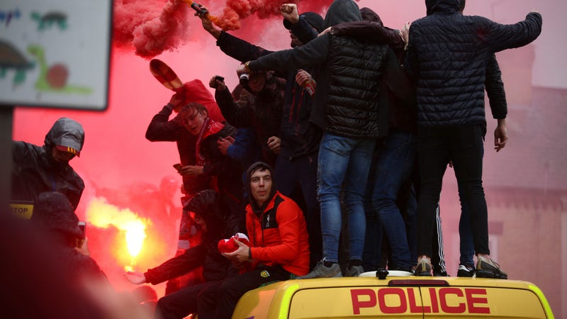Illustration for article titled Liverpool Fans Get Rowdy, Hop On Police Vans