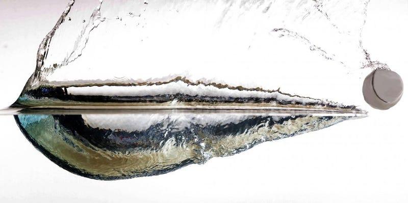 Illustration for article titled Científicos crean rocas que rebotan perfectamente sobre el agua