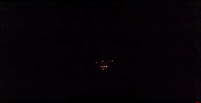 Illustration for article titled Esto es lo que ve en realidad el piloto de un F18 cuando aterriza en un portaaviones de noche