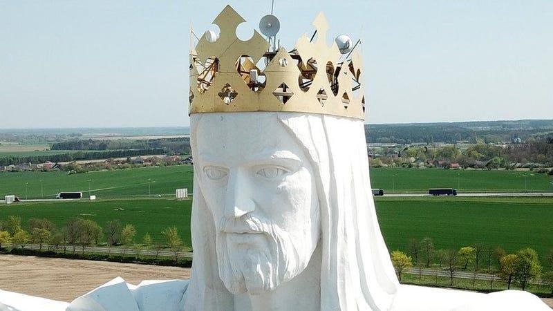 Illustration for article titled Polonia está usando la estatua deCristo más alta del mundo para emitir wifi, y la gente está molesta