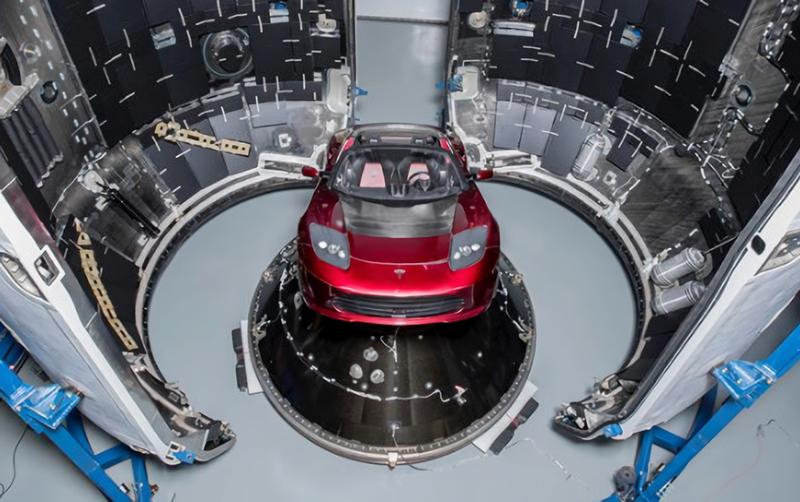 Elon Musk presume el roadster que enviará al espacio