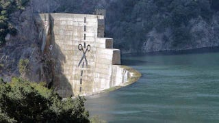 Illustration for article titled How Do You Demolish This Hated Dam? Snip It Down the Middle
