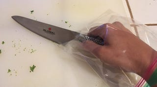 Illustration for article titled Keep a Plastic Sandwich Bag on Your Hand While Cutting Peppers