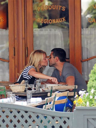Illustration for article titled Kelly Ripa Distracts Mark Consuelos From The Food At Hand