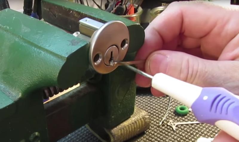 Illustration for article titled Convierte un cepillo de dientes eléctrico en una ganzúa automática para forzar cerraduras en segundos