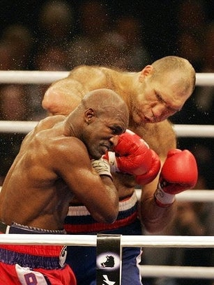 Illustration for article titled Holyfield Loses Narrow Decision, Survives